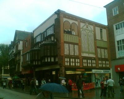 FOTKA - Dům - namalovaná okna, balkon a lidi