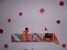 Celá polička  se samolepícími kytičkami na stěně,- za praskající panel se omlouvám