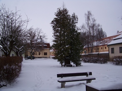 FOTKA - druhé náměstí Kunratice - hned za kostelem ..