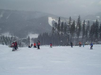 FOTKA - Lyžaři ve ski areálu