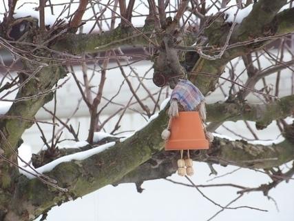 FOTKA - ozdoby čarodějnic na stromě...
