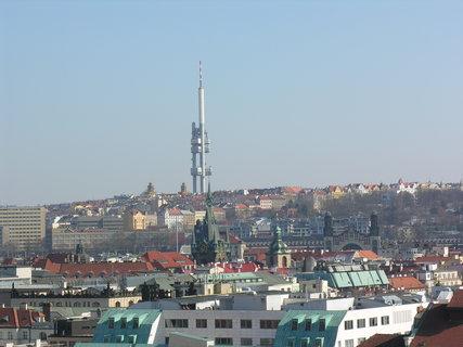 FOTKA - výhled ze Staroměstské radnice (Žižkovský vysílač, pod/před  ním Jindřišská věž)