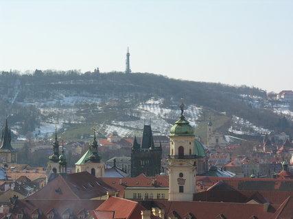 FOTKA - Petřín (ze Staroměstské radnice) v popředí věž Klementina