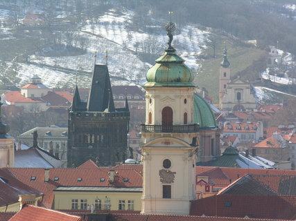 FOTKA - Klementinum a vlevo Starom.mostecká věž