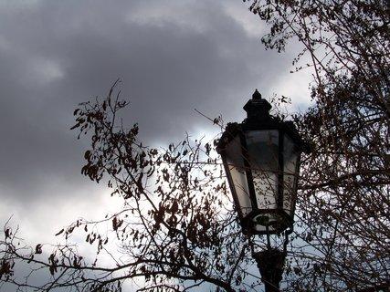 FOTKA - lampy v par��ku u kostela