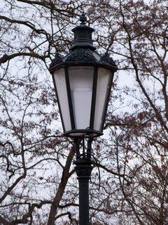 FOTKA - lampy zdobící park u kostela,,