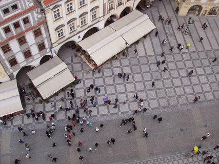 FOTKA - pohled dolů z věže Staroměstské radnice