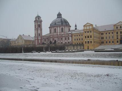 FOTKA - Zámek s kostelem.