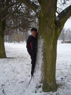 FOTKA - Za stromem