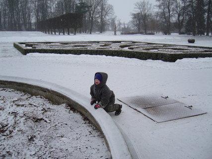 FOTKA - Honzík v zasněženém parku