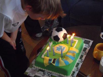 FOTKA - Daneček sfoukává svíčky na dortě