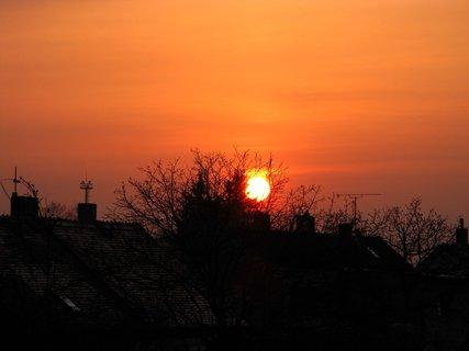 FOTKA - Dnešní rudé slunko při východu a ještě za komínen, to se asi pokazí počasí