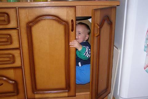 FOTKA - ve skříni