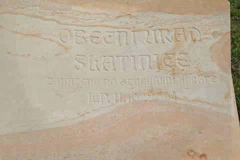 FOTKA - kamená kniha před úřadem