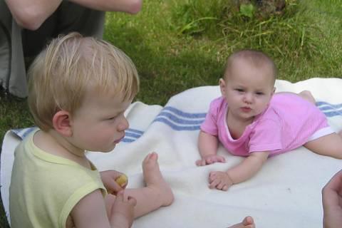 FOTKA - Pupi v létě s kamarádem na dece