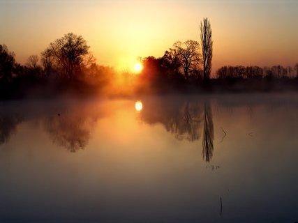 FOTKA - Zrcadlení v ranním oparu