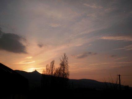 FOTKA - Dnešní oranžový západ slunce /  kvůli popelu z islandské  sopky/  - 18.4.2010.
