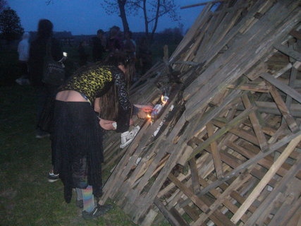 FOTKA - Čarodějnice šikulky zapalujou na více místech