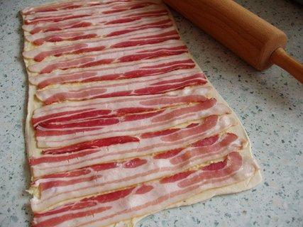FOTKA - listové těsto+slanina+česnek - (zatočit do rolády, nakrájet plátky  a potřít vajíčkem)