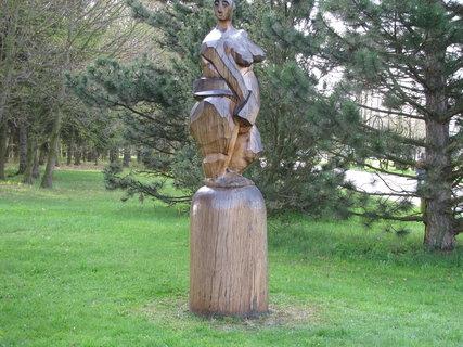 FOTKA - Dřevěná socha v  třeboňském parku 2