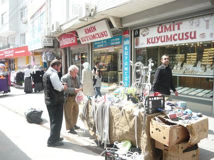 FOTKA - jedna z uliček Istanbulu jeho předměstí prodej na ulici