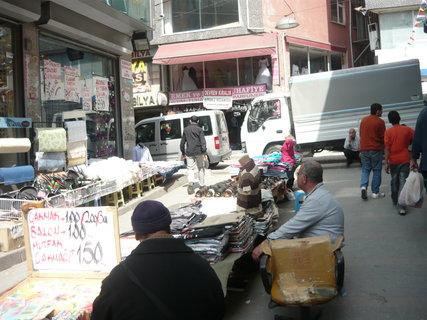 FOTKA - jedna z uliček Istanbulu jeho předměstí prodej na ulici..
