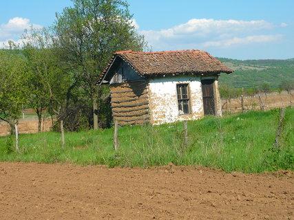 FOTKA - domky v Srbsku na srbsko - bulharských hranicích,ale toto je spíš nějaká kůlnička
