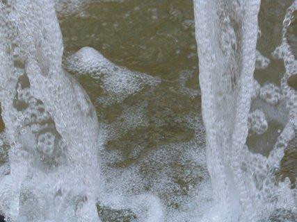 FOTKA - dopadající voda na dně fontány .,,