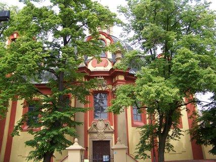 FOTKA - kostel Kunratice mezi stromy