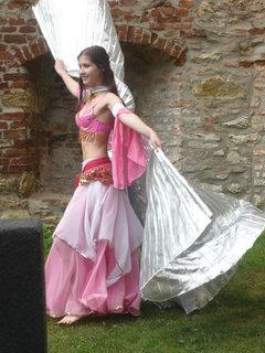 FOTKA - brisni tanecnice na hrade