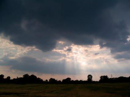 FOTKA - Paprsky se snaží přetlačit přes mraky