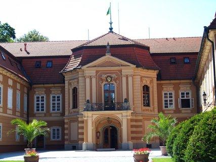 FOTKA - Štiřín - hlavní vchod