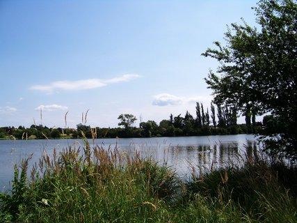FOTKA - cestou na kole - pohled na rybník ...,