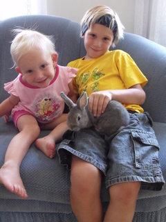 FOTKA - Daneček s Karolínkou a novým králíčkem