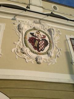 FOTKA - půvabný erb zdobící jeden z lázeňských domů se nedal přehlédnou