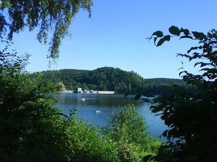 FOTKA - přehrada Seč v pozadí pohled na hráz přehrady