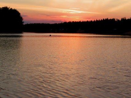 FOTKA - Vodní hladina obarvená sluncem