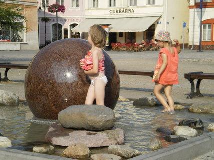 FOTKA - bruzdání v nové fontáně