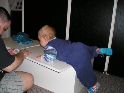 FOTKA - Pomáhám tatínkovi sestavovat skříň