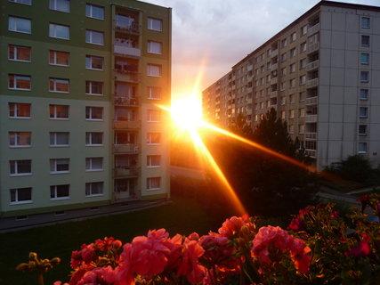 FOTKA - Zapadající slunce mezi paneláky