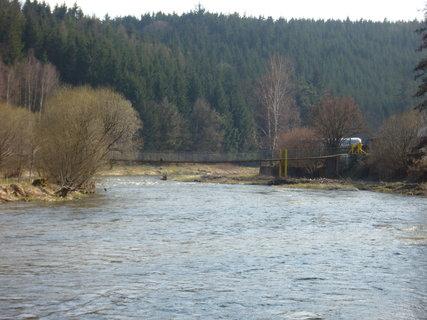 FOTKA - V dáli houpací most (přiblíženě)
