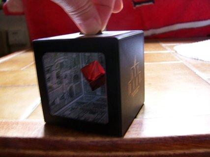 FOTKA - malá hadanečka, dárek od kolegyně, magická kasička, kde je padesátikoruna, házím peníze a krabička je pořád stejná