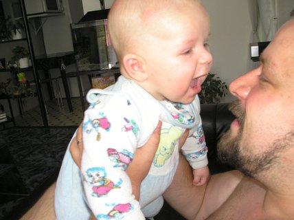 FOTKA - A teď tě, tatínku, kousnu !