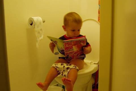 FOTKA - Vášnivý čtenář na WC