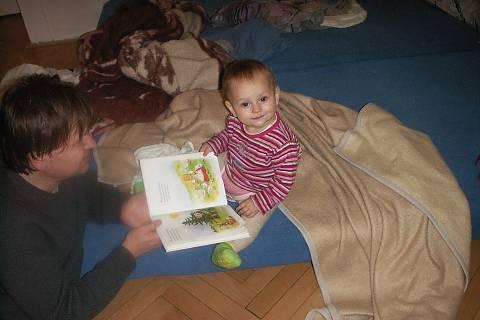 FOTKA - Pořád musím tomu tátovi něco číst, jen co vstanu