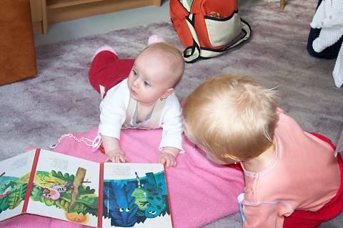 FOTKA - Martinka a Terezka velké čtenářky