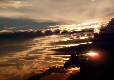 FOTKA - Slunce se schovává za strašidelné mraky