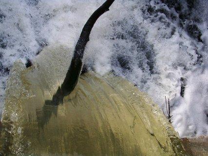 FOTKA - pohled shora - zaseknutý klacek ve splavu