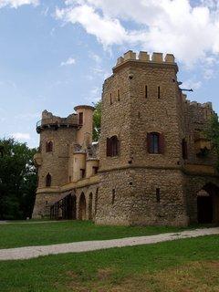 FOTKA - Janohrad byl postaven podle návrhu Josefa Hardmutha v r. 1807 pro Jana I. z Lichtenštejna, po němž dostal jméno.