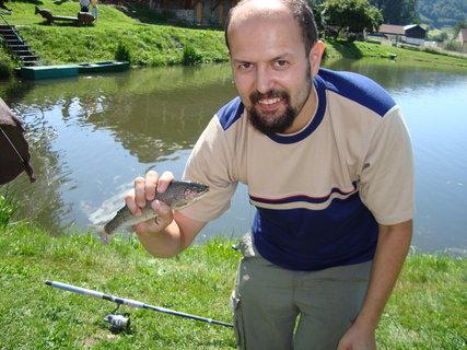 FOTKA - štastný rybář se svým dalším ulovkem